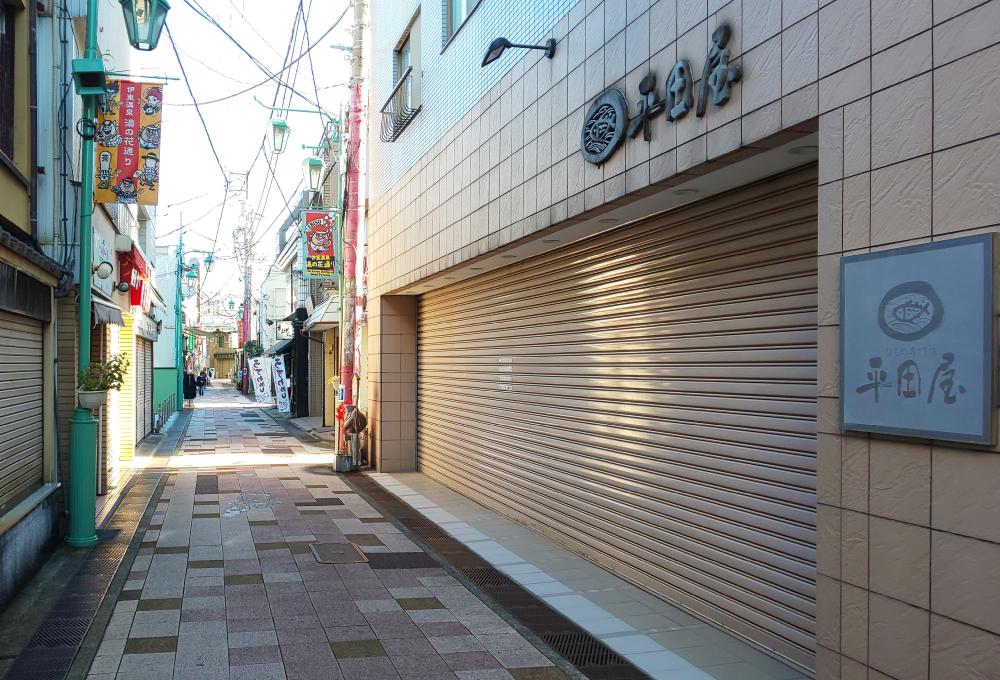 伊東駅を出て右に折れ、湯の花通りに入った方は、【恵比寿さま】横(平田屋さんの横)を右に入ります。